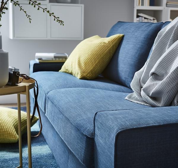 Dieses IKEA KIVIK 2er-Sofa mit dunkelblauem Bezug hat weiche, tiefe Sitzflächen und bietet bequeme Stütze für deinen Rücken. Die Sitzpolster sind mit einer Schicht Memoryschaum versehen, die sich deinem Körper anpasst und wieder ihre Ausgangsform annimmt, wenn du aufstehst.