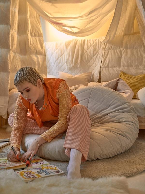 DIHULT ialah bangku berkusyen rata yang berwarna semula jadi dan sangat sesuai untuk anda yang suka belajar di atas lantai.