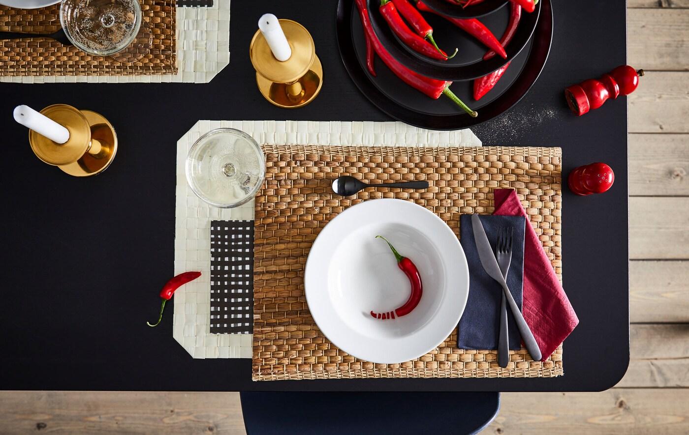 Dio blagovaonskog stola s umjetnički postavljenim mjestom za jednu osobu uz usklađene boje, oblike i materijale.