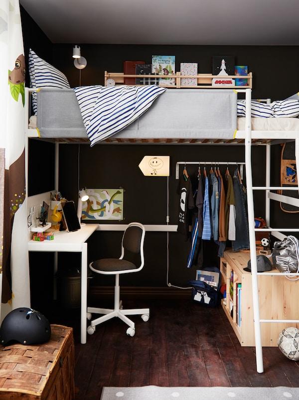 Dio dječje sobe u kojoj se nalazi VITVAL povišeni krevet, dok je ispod njega kutak za učenje, niz odjeće na vješalicama i rješenja za odlaganje.