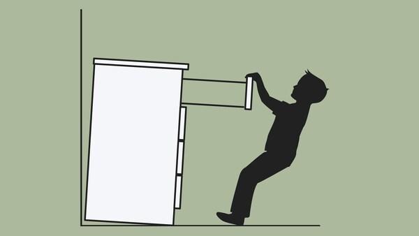 Disegno di una cassettiera, non fissata alla parete, che si ribalta su un bambino mentre si aggrappa a un cassetto - IKEA