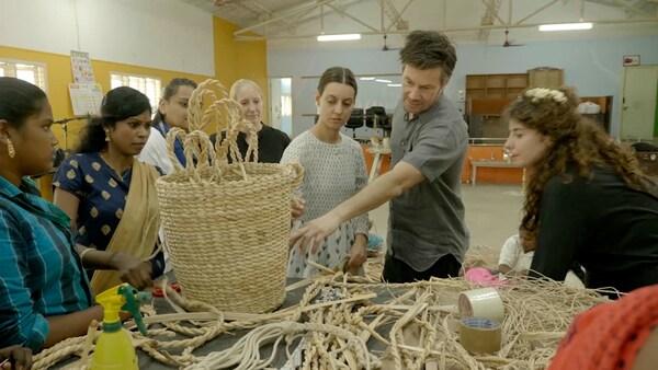 Diseñadores de IKEA y artesanas indias hablando sobre técnicas de tejido en la fábrica.