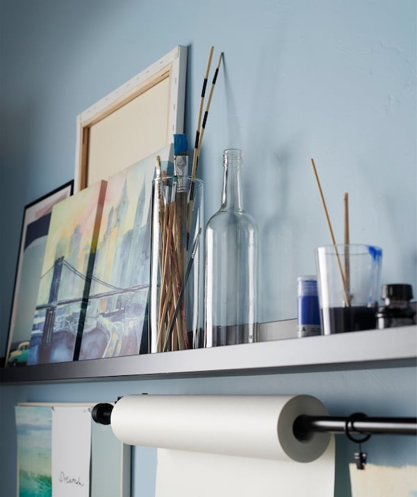 Display your art projects on a minimalistic picture ledge. Try IKEA MOSSLANDA black picture ledge!