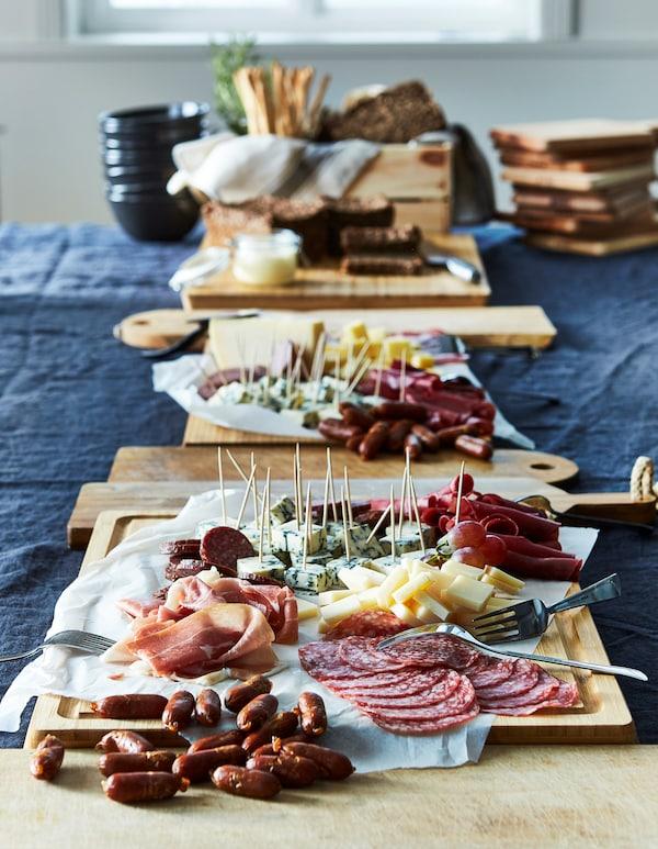Disponi una varietà di salumi e formaggi per creare taglieri saporiti - IKEA