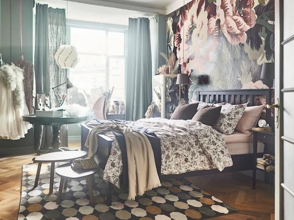 Diván cama DUNVIK cubierto con la funda nórdica de algodón y la funda de almohada SPRÄNGÖRT.