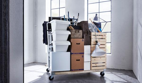 Divers meubles sur une planche à roulettes lors d'un déménagement