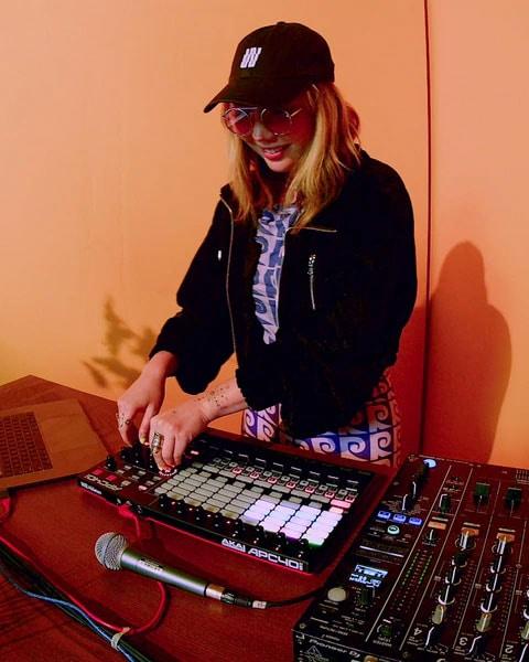 DJ TOKiMONSTA la stația ei de mixat.