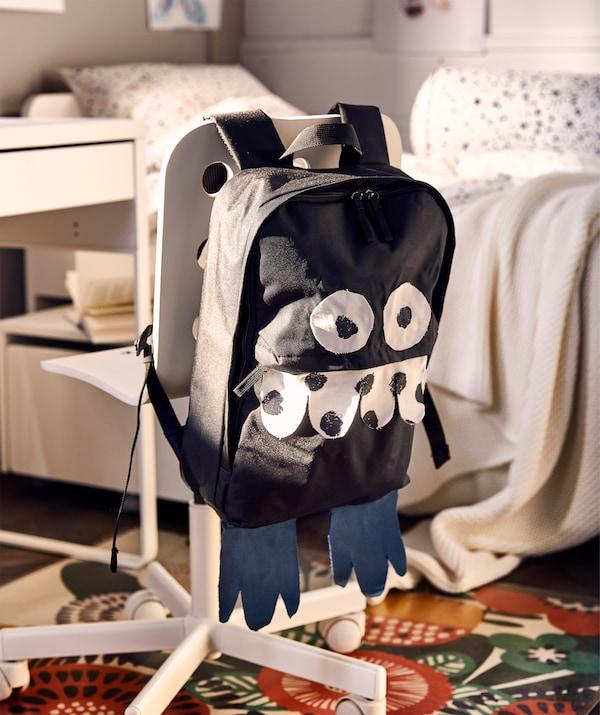 Dječja uredska stolica s ruksakom koji je pretvoren u dobroćudno čudovište s pomoću komada tkanine.