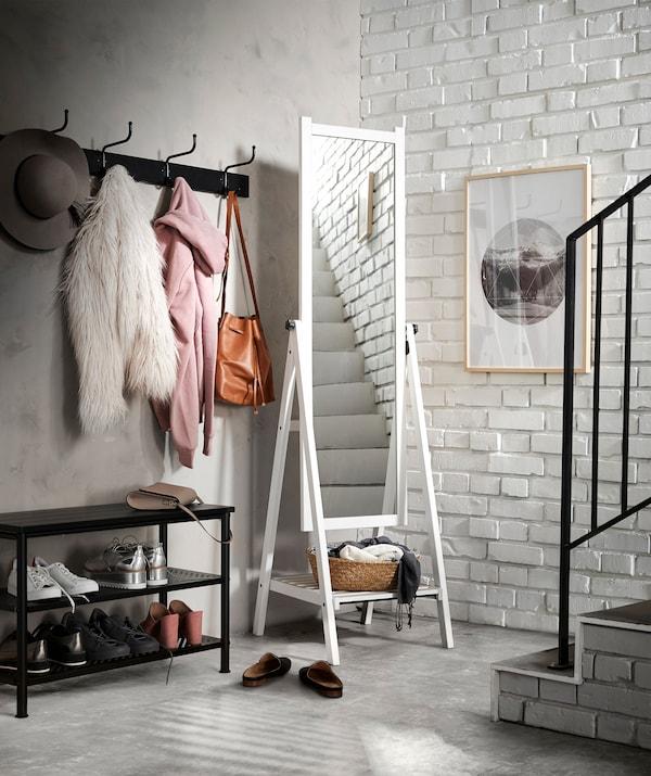 Добавьте света темной лестнице, повесив внизу зеркало. Попробуйте белое напольное зеркало ИСФЬЁРДЕН.