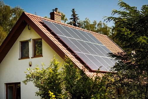 Dom z panelami słonecznymi na dachu