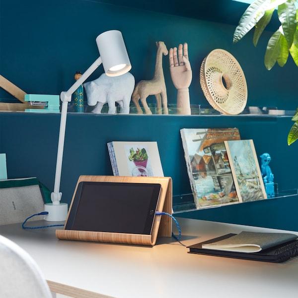 Domáce písací stôl na ktorom je držiak na tabliet či knižku VIVALLA.