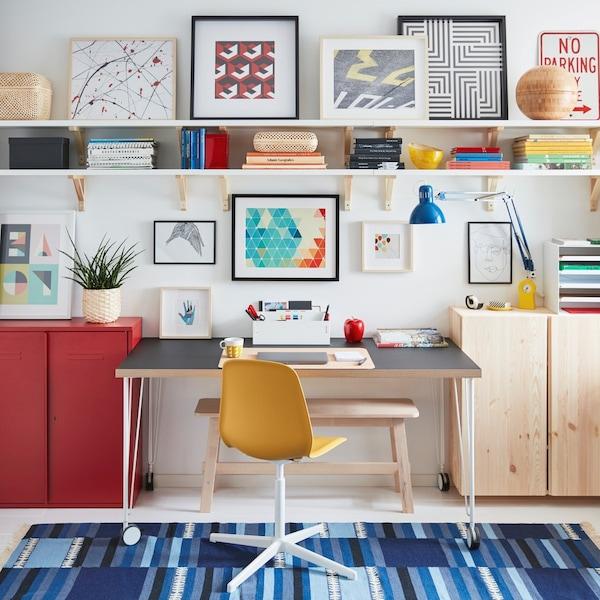 Domácí kancelář s barevnými doplňky.