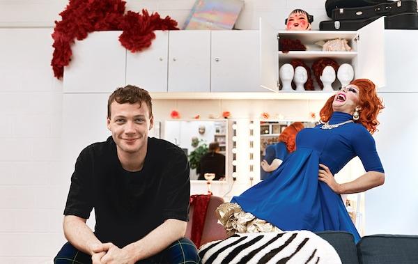 Donald sedang duduk di studionya di sebelah alter egonya Ginger.