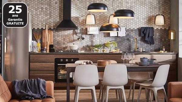 Donnez-lui un côté épuré et moderne grâce aux façades IKEA VOXTORP brun foncé. L'effet noyer rend chaque porte unique.