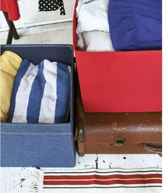 Doplňte otvorený šatník zatvorenými úložnými škatuľami, do ktorých uložíte všetko potrebné.