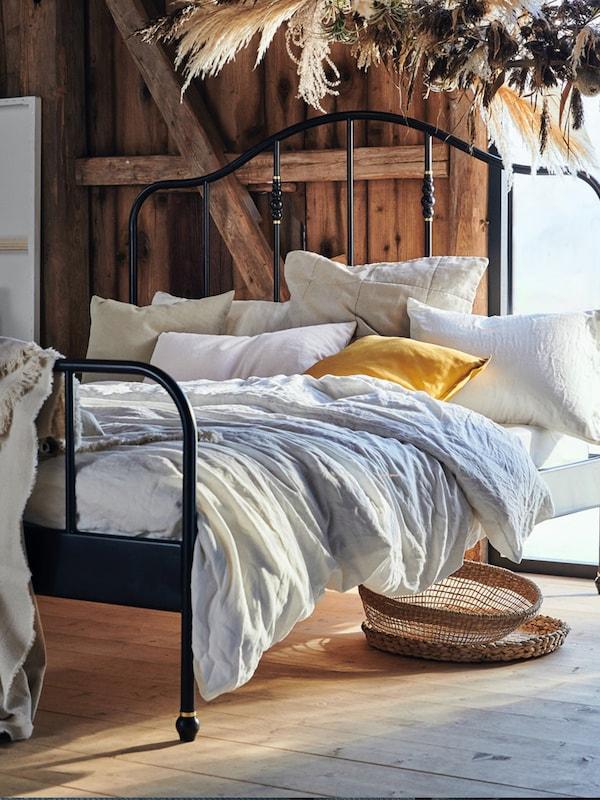 Dormitorio con cama y textiles de IKEA