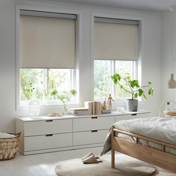 Dormitorio con estores medio bajados.