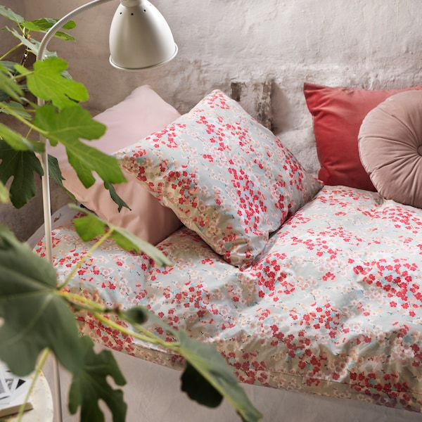 Dormitorio con funda nórdica estampada