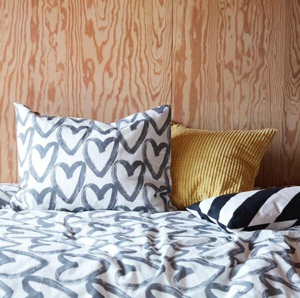 Dormitorio con funda nórdica estampada de corazones