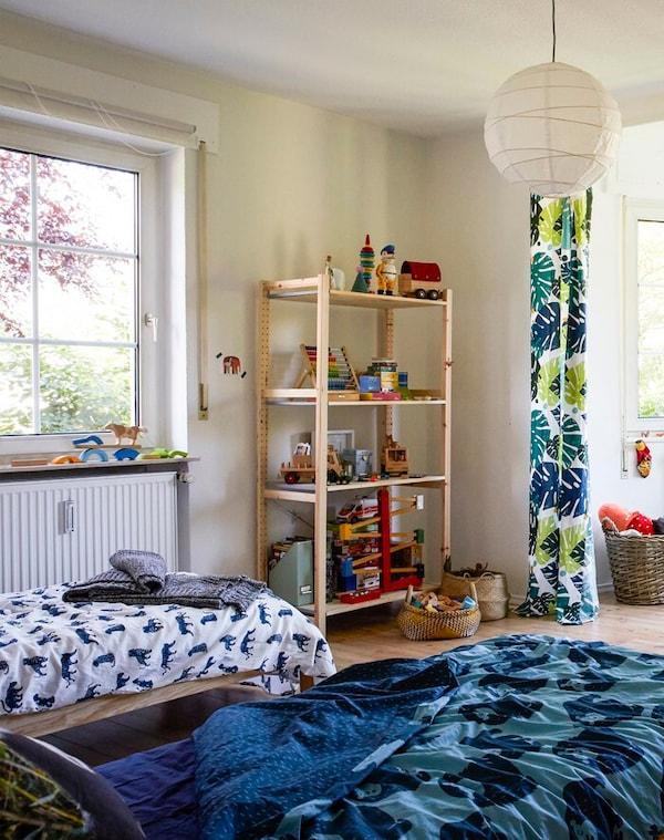 Dormitorio grande con textiles con temática de jungla.