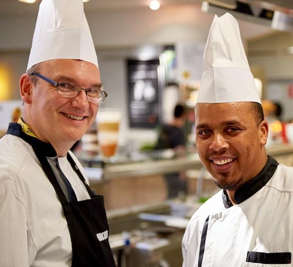 Dos colaboradores del Restaurante IKEA, simbolizando el punto de vista de la igualdad.