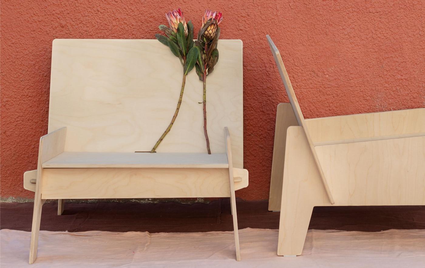 Dos sillas bajas y anchas, perpendiculares entre sí, totalmente hechas de láminas planas de contrachapado.