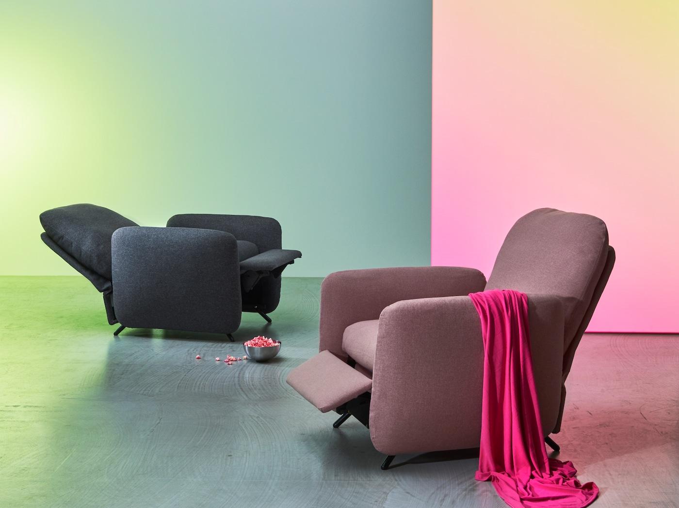 Dos sillones reclinables EKOLSUND con reposapiés integrados, uno en gris y otro en rosa/marrón, en diferentes posiciones de reclinación.