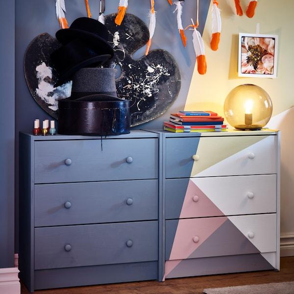 Două comode cu sertare vopsite, -roz/gri-albastru/galben/alb - o veioză gri și o veioză neagră.