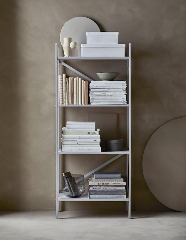 DRAGET Regal in Hellgrau mit Aufbewahrungsboxen und Büchern, die nach Farben sortiert sind