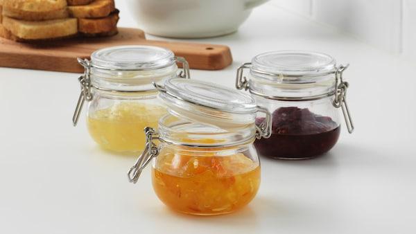 Drei Glasdosen mit Marmelade gefüllt