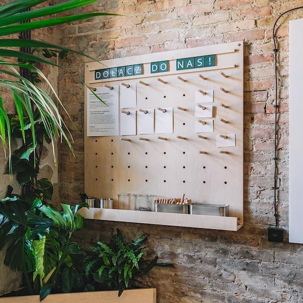 drewniana tablica na ścianie z pomysłami