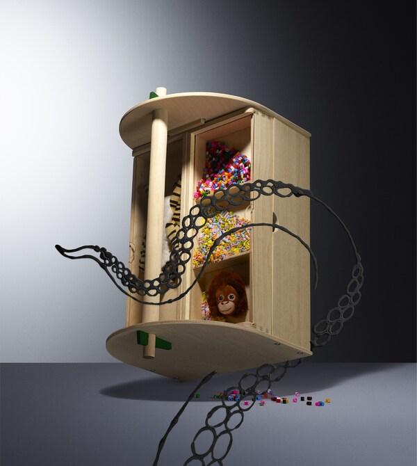Drewniany pojemnik do przechowywania z kolorowymi koralikami i zabawkami.