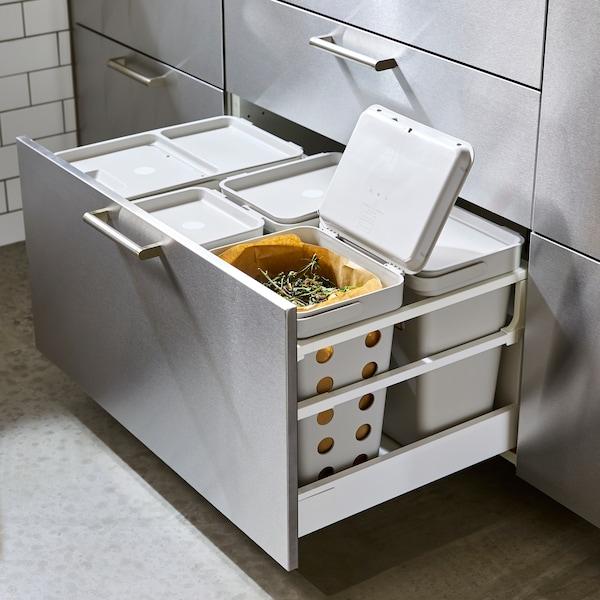 درج مطبخ مليء بحل فرز النفايات HÅLLBAR مع ست حاويات بلاستيك مختلفة مع أغطية.