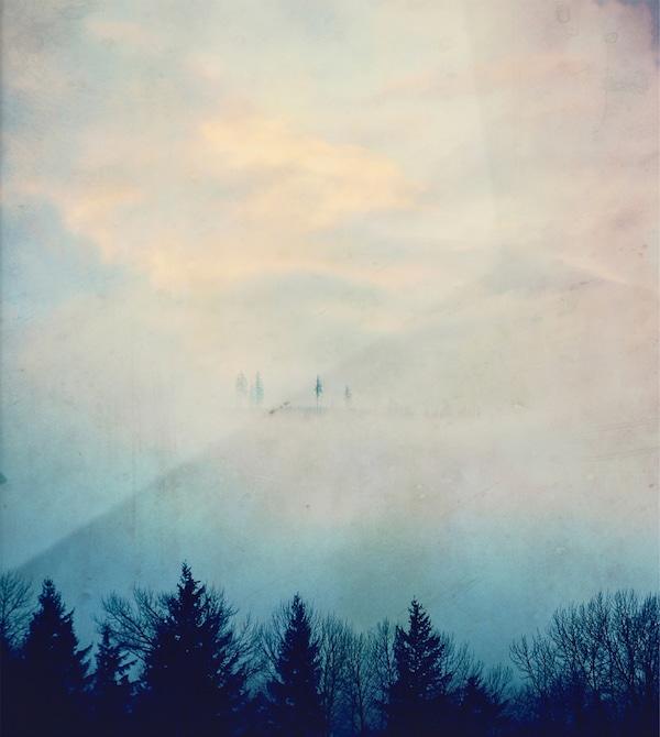 Druck eines Berges im Nebel