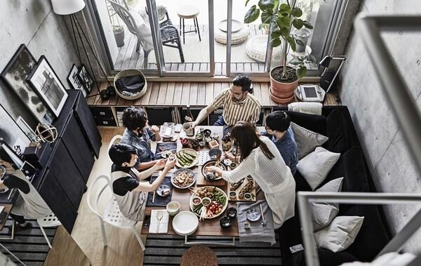 Друзья собрались за обеденным столом.