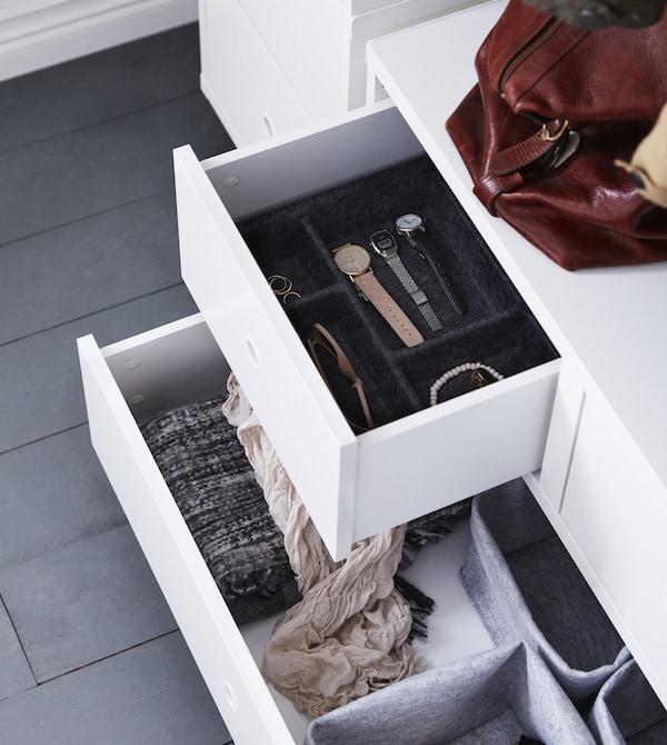 Du brauchst gut durchdachte Aufbewahrungslösungen für ein enges, kleines Vorzimmer? Dabei hilft dir Aufbewahrung von IKEA. Accessoires oder Uhren kommen z. B. in unterschiedliche Schalen und Körbe, damit alles gut organisiert ist und du schnell findest, was du suchst.