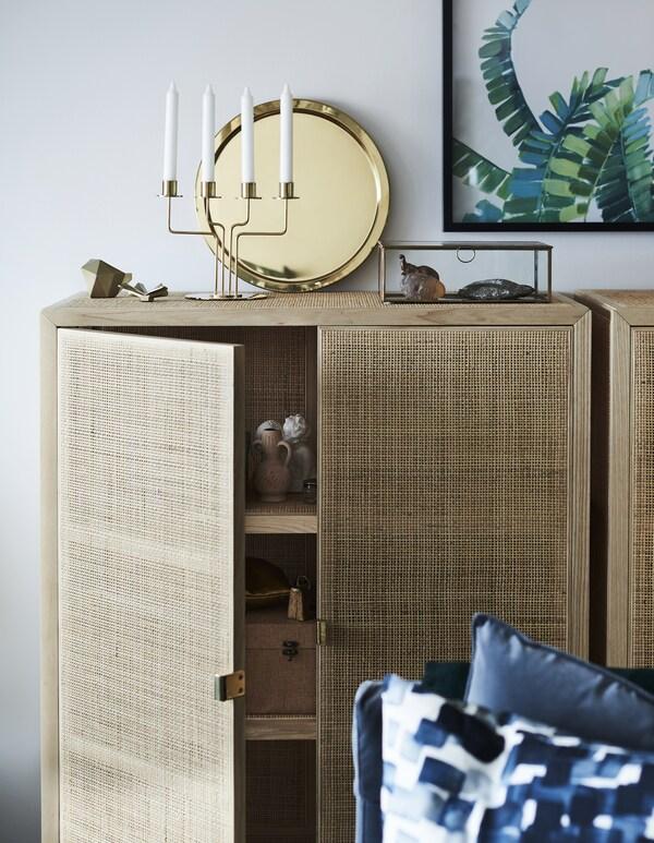Du brauchst mehr Kuschelfaktor in deiner Wohnung? Bei IKEA findest du ein breites Sortiment von Einrichtungsaccessoires, die dich deinem Ziel schnell näher bringen. GLATTIS Tablett in Messingfarben und PÄRLBAND Leuchter sind nur zwei von ihnen und sie sind echte Stimmungsgaranten.