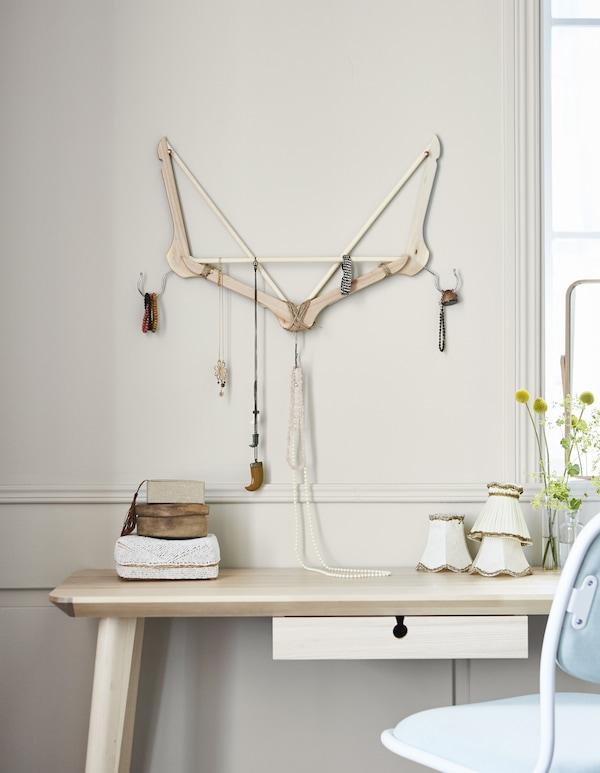 Du hast Schmuckstücke, die sich immer wieder miteinander verknoten? Dann verbessere ihre Aufbewahrung mit Kleiderbügeln! IKEA hat eine Menge Kleiderbügel, u. a. BUMERANG aus natürlichem Hartholz.