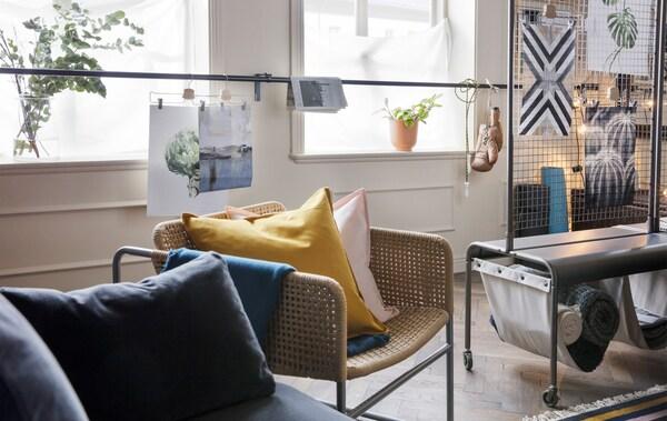 Du möchtest den wenigen Platz, den du hast, der Achtsamkeit widmen? Dann schaffe dir einen Raum im Raum, z. B. mithilfe eines Raumteilers wie IKEA VEBERÖD aus grauem Stahl. Er hat zwei Taschen aus Leinen, die sich ideal als Aufbewahrung für Utensilien eignen.