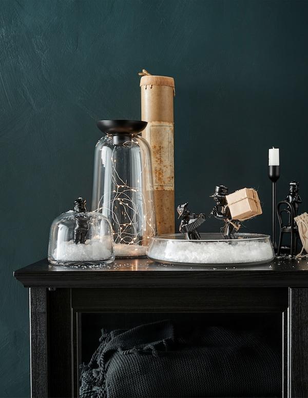 Du suchst Dekoideen für den Winter? Wie wäre es dann mit einer selbst gemachten Schneekugel? Dafür brauchst du nur eine Vase oder Schüssel und etwas Deko. Bei IKEA findest du ein grosses Sortiment geeigneter Vasen, wie z. B. VINTER 2017 Vase/Teelichthalter aus Klarglas.