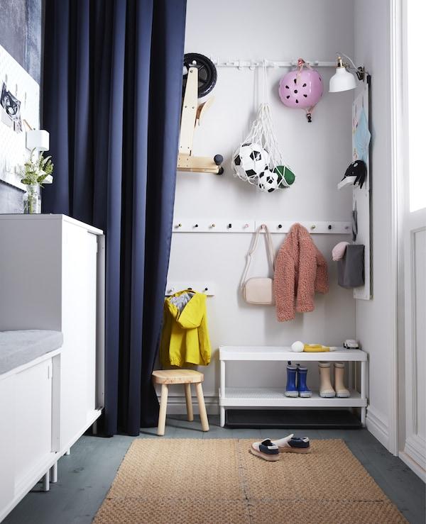 Du suchst nach cleveren Vorzimmerlösungen für deine Kinder? Bringe doch einfach LURT Leiste für 6 Knöpfe in Weiß in einer guten Höhe für sie an und schon können sie ihre Sachen selbst aufhängen. Die Knöpfe hierzu sind alle aus dem IKEA Küchensortiment! Wird die S
