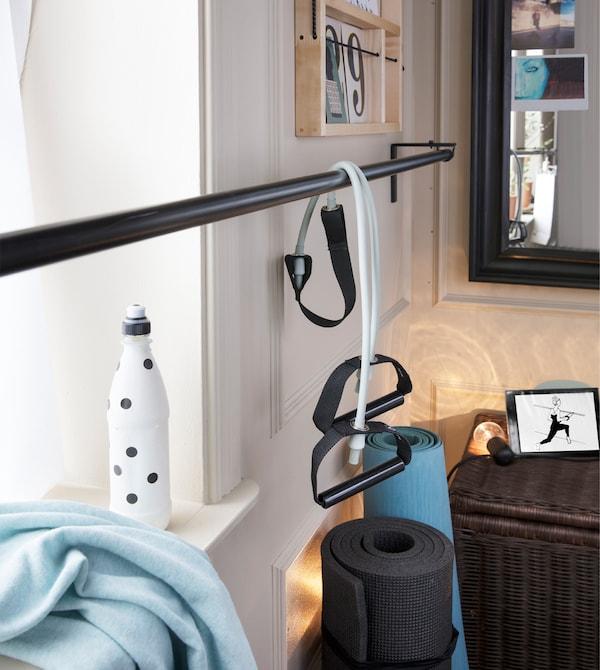 Du willst zu Hause trainieren? Dann befestige dir für deine Ballettübungen einfach eine Gardinenstange vor dem Fenster. Ideal hierfür ist IKEA HUGAD Gardinenstange in Schwarz!