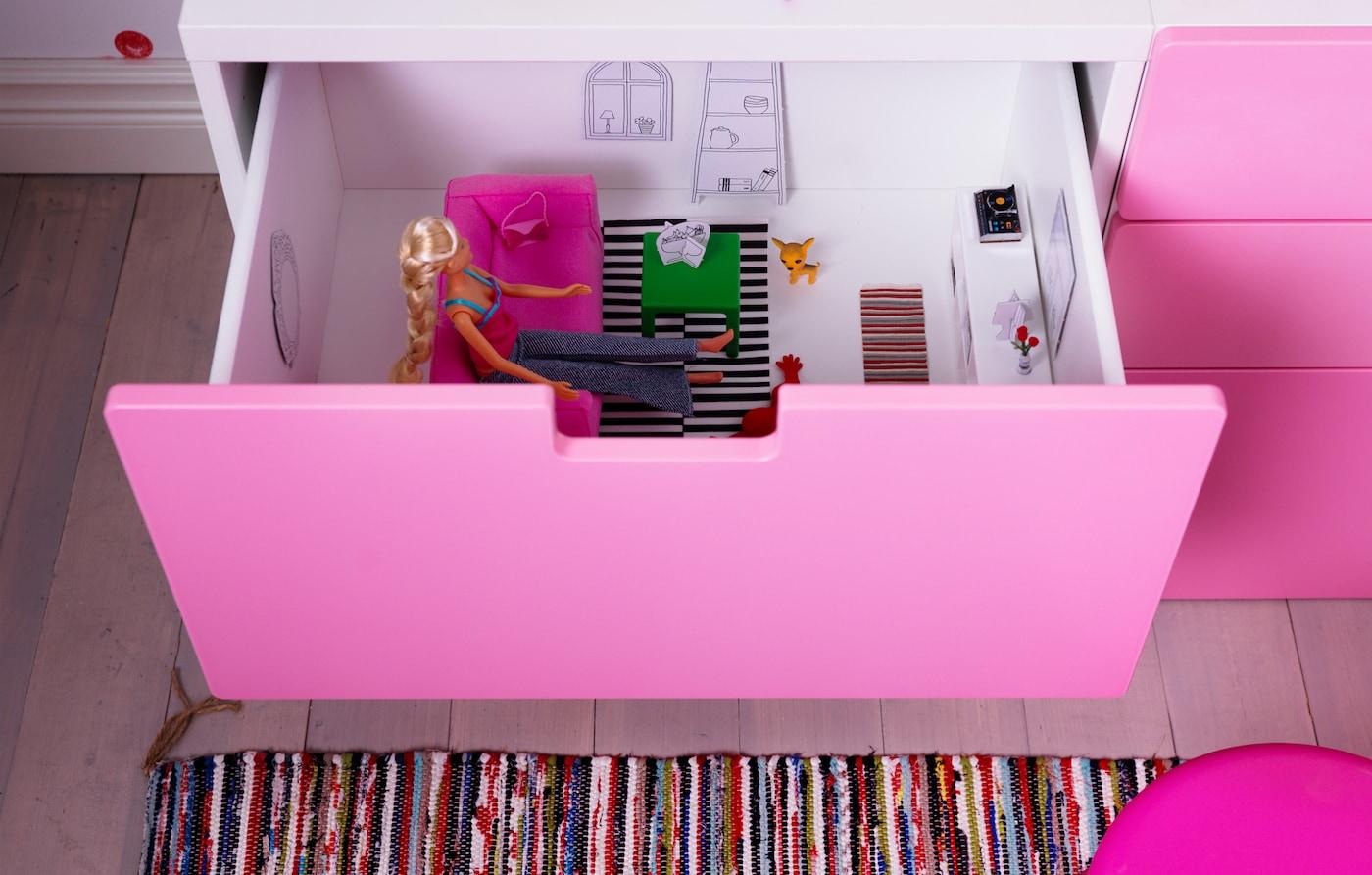 Du wünschst dir, IKEA Möbel wären kleiner? Bei ein paar von ihnen können wir dir helfen! IKEA HUSET Puppenhausmöbel bestehen aus einem kleinen rosafarbenen Sofa, einem grünen Couchtisch, einem herzförmigen Kissen und einem gestreiften Teppich.