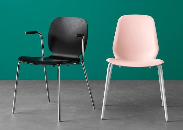 Duas cadeiras de refeição de modelos e cores diferentes
