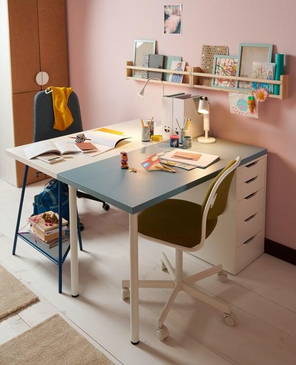 Due scrivanie una bianca e una azzurra con sedia da ufficio e cassettiera bianca