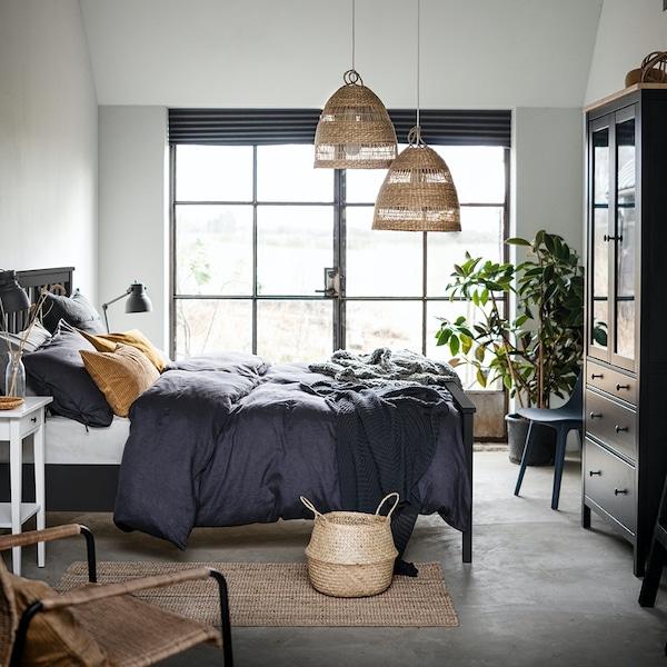 Duża, biała, sypialnia z brązowymi meblami HEMNES.