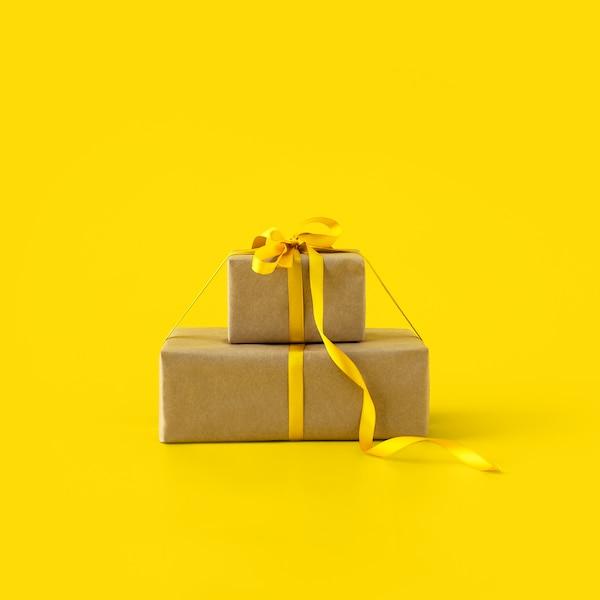 Dva dárky převázané žlutou stuhou symbolizující odměny pro členy IKEA Family.