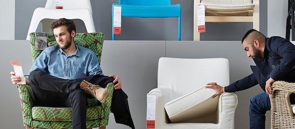 Dva muži sedící v křeslech v obchodním domě IKEA.