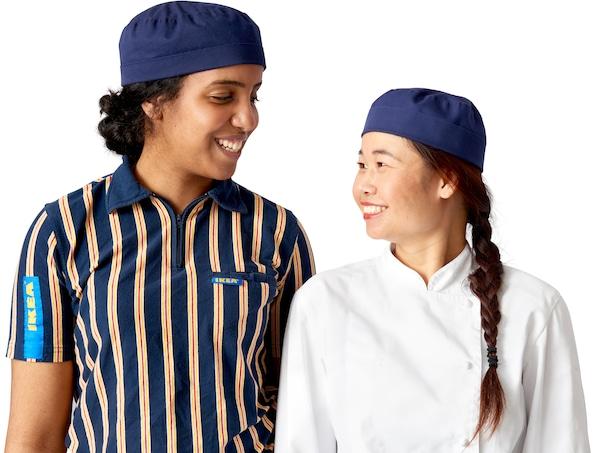 Два співробітники IKEA з різних етнічних груп, що символізує позицію IKEA щодо рівності та прав людини.