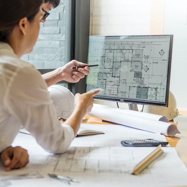 Dvaja dizajnéri sa radia nad dizajnom priestoru.